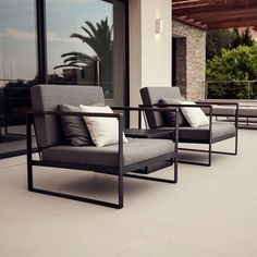 Aspiring to create exclusive outdoor furniture for beautiful moments, we present our Garden Easy series. The range is distinguished by its generous size, slim lines and evident form. A Garden Easy lounge is luxurious, yet laid-back. Made of stainless steel and details in teak. Cushions in Sunbrella fabric that offers excellent fade, weather resistance and water repellency.