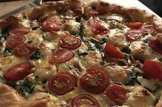Quiche mit Spinat, Feta, Tomaten und Pinienkernen