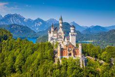 Luis II de Baviera, el Rey Loco, mandó construir el castillo de Neuschwanstein (literalmente La nueva piedra del cisne) en 1866, como refugio en el que alejase del mundo. Siete semanas después de su muerte, en 1886, abrió al público. Esta fantasía romántica situada en los Alpes bávaros, versión idealizada de un castillo medieval alemán, incorpora muchos elementos modernísimos para la época: calefacción central, luz eléctrica, agua corriente caliente y fría y hasta una línea telefónica. Es…
