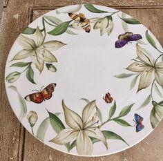 China Painting, Ceramic Painting, Ceramic Art, Pottery Painting Designs, Decoupage Art, Ceramics Projects, Flower Plates, Cardboard Crafts, Ceramic Design