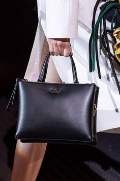 Prada Otoño 2019 colección Ready-to-Wear - Vogue Fall Handbags, Prada Handbags, Ladies Handbags, Hobo Handbags, Leather Harness, Leather Chain, Small Shoulder Bag, Shoulder Pads, Shoulder Joint