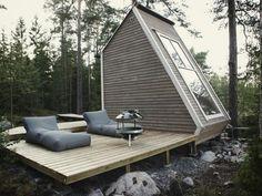 鳥の巣ほどシンプルな作りを目指したというNido(イタリア語で鳥の巣)は フィンランドの湖のそばに建てられた96sq.ft(約9㎡)のマイクロハウスです。 フィンランドの建築法では、96sq.ft未満