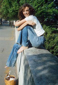 Jane Birkin, 1974, new jeans trend, anos 70, calça , camiseta branca, cesta bolsa de palha