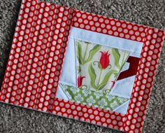 Tulip Mug Rug by - ver detalhe do quilt Small Quilts, Mini Quilts, Mug Rug Patterns, Quilt Patterns, Quilting Projects, Sewing Projects, Quilted Coasters, Fabric Postcards, Quilted Table Runners