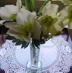 Arranjo de Flores Artificiais de Seda : Orquídea, Amarílis e um lindo Bambu da Sorte, em um vaso tulipa de vidro, com bolinhas de gel branca. <br>Ideal para decorar qualquer ambiente.