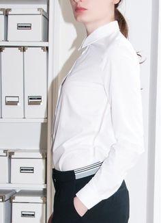Le basic qu'il vous faut !  Blanche, épurée avec un col en coton piqué et un jour échelle sur les côtés pour le détail raffiné.   À porter sur un jean pour un look casual élégant.  Collection Karine Lecchi, Printemps / Eté 2015.