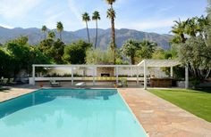 Along with Frank Sinatra's Movie Colony home, the Koerner house in Palms Springs is one of a handful of private residences designed by the great mid-century modern architect E. Stewart Williams, who seldom took commissions of this sort. Mid Century Living Room, Mid Century House, Salon Mid-century, Palm Springs Mid Century Modern, Modern Architects, Built In Seating, Outdoor Seating Areas, Modern Landscaping, Mid Century Modern Furniture