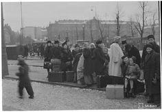 Evacuation of the population in Helsinki Bus Station the 7th of February 1944  ||  Evakuointia linja-autoilla Helsingissä 7. helmikuuta 1944.