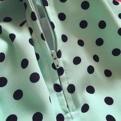 And here's the zipper! Unfortunately, the print is so irregular it is impossible to match the dots. Very unsettling! PL: No to mamy zamek! Niestety, grochy są tak nieregularne, że nie da się ich dopasować na łączeniach. Bardzo mnie to rozprasza! #sewing #1960s #dress #zipper #instasew  #love #polkadots #mintgreen #silkycrepe #szycie #wroclawszyje #zamek #grochy #miętowy #lata60 #sukienka #div #hobby #tkaninyDarpol