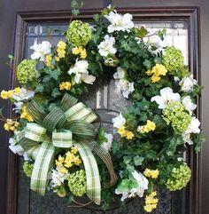 Love this wreath! It would look so good on my front door!