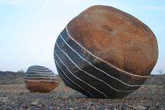 Strijdom van der Merwe - cerchi anulari intorno alla roccia di rimando alla forma sferica