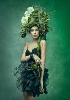 Little less green, more hair. Tree trunk of hair woven through the green moss/floral/fungi headpiece. Style Vert, Glamour Moda, Foto Fashion, High Fashion, Catwalk Fashion, Fashion Art, Fashion Models, Fru Fru, Green Fashion