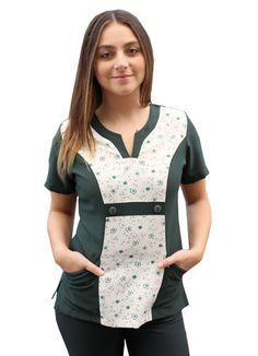 Chaqueta Estampada Enfermeria Cute Nursing Scrubs, Sewing Sleeves, Staff Uniforms, Scrubs Uniform, Nurse Costume, Diy Couture, Best Wear, Work Looks, Scrub Tops