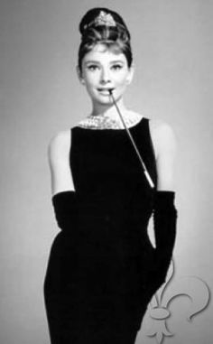 The most Iconic black dress in Cinema/Fashion history. Audrey Hepburn in Givenchy for Breakfast at Tiffanys Audrey Hepburn Mode, Audrey Hepburn Photos, Teddy Boys, Twiggy, Breakfast At Tiffany's Costume, Estilo Pin Up, Last Minute Halloween Costumes, Breakfast At Tiffanys, Vintage Mode