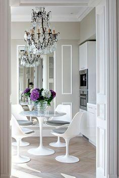 parquet, salle de séjour avec lustre baroque, table tulipe blanche, salle de séjour moderne