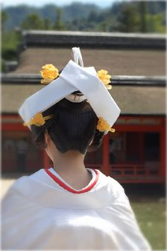 Japanese bride wearing Shiromuku ( shiro means white ), a kind of Kimono for wedding ! Japanese Brides, Japanese Wedding, Kimono Japan, Japanese Kimono, Traditional Wedding Attire, Traditional Outfits, A Touch Of Zen, Wedding Kimono, Japanese School