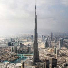 I want to get to the top of this building! Burj Khalifa in Dubai Architecture Design, Futuristic Architecture, Amazing Architecture, Famous Buildings, Amazing Buildings, Famous Monuments, Famous Landmarks, Places To Travel, Places To See