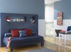 Habitaciones en colores monocromáticos con toques en colores brillantes.