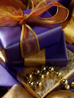 A KISS approach to giving your gifts that Wow Factor, with a very simple gift wrapping technique.