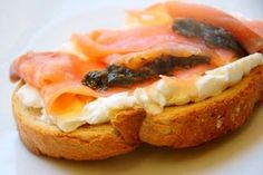 Tosta de salmón y queso de cabra Finger Food Appetizers, Finger Foods, Tapas Bar, Hors D'oeuvres, Canapes, Mediterranean Recipes, Brunch, Food And Drink, Yummy Food