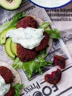 Klassiset falafelit saavat upean värin ja mehevyyttä punajuuresta. Falafelit ovat niiiin hyviä! Kotitekoiset falafelit eivät rehelli...