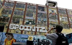 """epa03827530 People look over the graffiti on a giant warehouse building complex, know as """"5 Pointz"""", in Long Island City, New York, USA on 1..."""