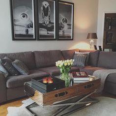 """Lekkert med """"San Francisco"""" #salongbord  fra #classicliving .  Bildet er lånt av @sylwiapor #interior #oslo #akerbrygge #norway #livingroom #home #plane #dc3 #blackandwhite #photograph #design #silver #table #cozy #homedesign #vakrehjem #house #interiør #sofa #silver #flowers #sunday"""
