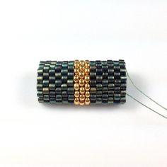 Мастер-класс для начинающих с фото по основам мозаичного плетения бисером с пошаговым описанием трёх разных способов плетения.