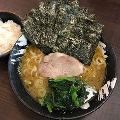 #238  サラッとした豚骨スープに麺柔めで 海苔でライス巻いて豆板醤のせて 麺中盛りライス中盛り 腹一杯笑