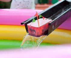 eenvoudig bootje knutselen + goot + water = pret voor elke kleuter!
