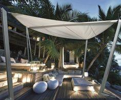 protection solaire avec un voile d'ombrage pour la terrasse en bois