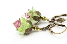 Hoi! Ik heb een geweldige listing gevonden op Etsy http://www.etsy.com/nl/listing/71634722/green-flower-earrings-vintage-glass-dark