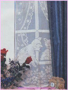 Bellissima tenda all'uncinetto lavorata a filet rappresentando in bel quadro con gattini e fiori: una vera meraviglia!   fonte:http://miriacroc