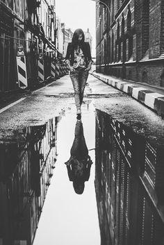 Hamburg Speicherstadt Portrait & Lifestyle Fotografie Info - The Good Pins Rain Photography, Reflection Photography, Fashion Photography Poses, Fashion Photography Inspiration, Creative Photography, Lifestyle Photography, Amazing Photography, Street Photography, Urban Street Fashion Photography