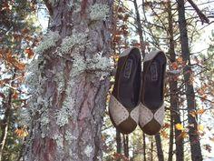 NÃO DEIXE ESTE PAR PENDURADO !!!Adquira-o na nossa loja online ou por mensagem privada.Elaborado com as cores naturais do burel - o sarrubeco claro e o castanho - o Sapato Bicolor homenageia as origens serranas com um toque de elegância.#burel #realis_shoes #sapatosemburel #serradaestrela #madeinportugal Toque, Birkenstock, Sandals, Instagram, Shoes, Fashion, Natural Colors, Shoes Sandals, Zapatos
