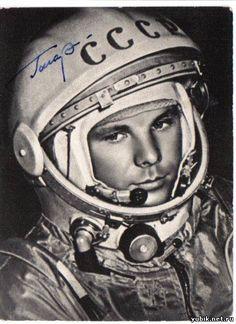 Юрий Гагарин - первый человек-космонавт в мире (12 апреля 1961 г.). Yuri Gagarin - Russian Soviet pilot and cosmonaut. He was the first human to journey into outer space, when his Vostok spacecraft completed an orbit of the Earth on 12 April 1961. Yuri Gagarin - fue un cosmonauta soviético. El 12 de abril de 1961, Gagarin fue el primer ser humano en viajar al espacio exterior. Lo hizo a bordo de la nave Vostok 1.