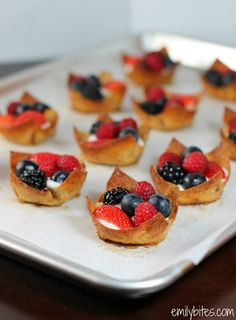 Berries & Cream Cinnamon Dessert Cups - thin, crispy cinnamon and sugar coated wonton cups filled with a sweet cream cheese filling and fresh berries. Cinnamon Desserts, Köstliche Desserts, Healthy Desserts, Delicious Desserts, Dessert Recipes, Yummy Food, Wonton Recipes, Ww Recipes, Recipes
