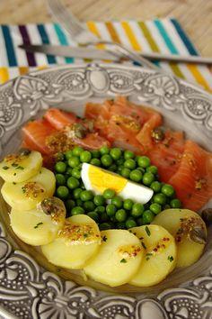 Salada de batata com ervilhas e salmão fumado