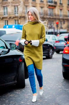 Street style look com calça jeans e vestido verde  mais salto branco