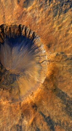 Mars' Recurring Slope Lineae May Be Formed by Boiling Water Sci-News impact crater in the Sirenum Fossae region of Mars by NASA's Mars Reconnaissance Orbiter on March NASA / JPL / University of Arizona / Alfred McEwen. Cosmos, Space Planets, Space And Astronomy, Hubble Space Telescope, Space Images, Space Photos, Nasa, Mars Space, Space Space