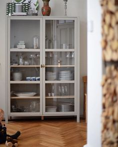 Glass Vitrines – Bug in my Home Ikea Glass Cabinet, Dining Room Storage, Ikea Hack, Minimalist Home, Home And Living, Home Kitchens, Interior Decorating, Sweet Home, Kitchens