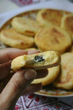 Mini harcha met kaas en zwarte olijven 2 - Apocalypse Now And Then Iftar, Grilled Cheese Rolls, Algerian Recipes, Good Food, Yummy Food, Tapenade, Ramadan Recipes, Arabic Food, Food Videos