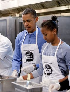 The Obamas give back on Martin Luther King Day Michelle Und Barack Obama, Barrack And Michelle, Mr Obama, Barack Obama Family, Michelle Obama Fashion, Malia Obama, Obamas Family, Presidents Wives, Black Presidents