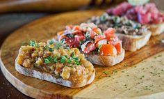 Ecco tante idee di ricette per realizzare deliziose bruschette estive, con verdure, pesce e carne: scoprite le vostre preferite!