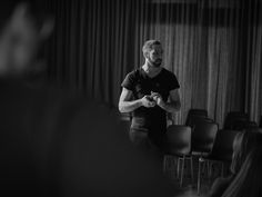 Der Fotograf Christoph Marti arbeitet international als Portrait und Fine Art Fotograf. Wohnhaft ist Marti in Biberist (Schweiz) Portrait, Concert, Good Photos, Pictures, Photo Studio, Switzerland, Headshot Photography, Portrait Paintings, Concerts