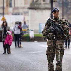 Militaire en patrouille Sentinelle [Ref:4116-04-0057] #sentinelle #armeedeterre #touriste #tourisme #famas