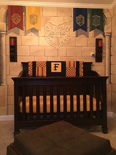 Mum creates magical Harry Potter nursery exactly like a Hogwarts dorm Baby Harry Potter, Pijamas Harry Potter, Harry Potter Enfants, Deco Harry Potter, Harry Potter Thema, Harry Potter Nursery, Harry Potter Baby Shower, Baby Nursery Decor, Baby Bedroom