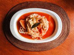 ギョウザトマトスープ麺。 昨夜の野菜たっぷりトマトスープをリメイクして。 『島原そだち 細うどん』