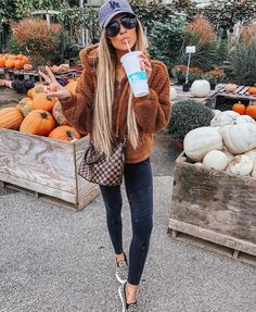 Sexy Fall Outfits Guaranteed To Get You Noticed - Hi Giggle! Need some sexy outfit inspiration from the latest fall fashion. Scroll down to check out subtly sexy fall outfits guaranteed to get you noticed. Trendy Fall Outfits, Casual Winter Outfits, Winter Fashion Outfits, Look Fashion, Autumn Fashion, Autumn Outfits, Young Fashion, Fall Fashion Trends, Country Winter Outfits