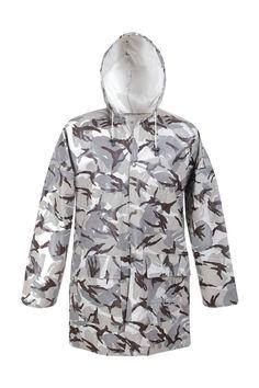 """VESTE DE PLUIE IMPERMÉABLE EN CAMOUFLAGE Modèle: 101/CAM La veste en couleurs de camo vous offre un bon """"camouflage"""". Elle possède la fermeture à boutons pression, une capuche fixe et 2 poches soudées. Le modèle est fabriqué en tissu imperméable PVC/cotton. La veste est recommandée à l'usage dans des conditions météorologiques défavorables, pour la pêche et la chasse, et aussi d'autres activités dehors. La veste protège contre le vent et contre la pluie."""